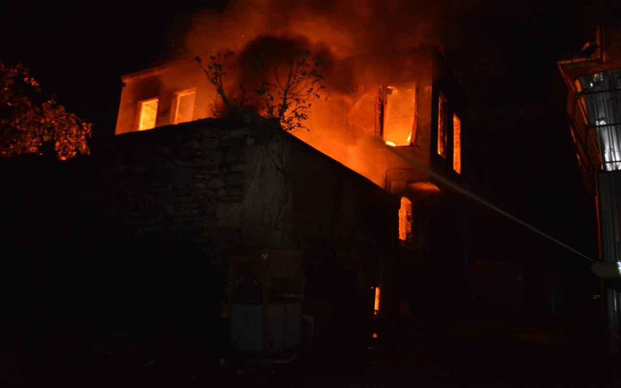 Fatih'te iki katlı metruk bina alev alev yandı