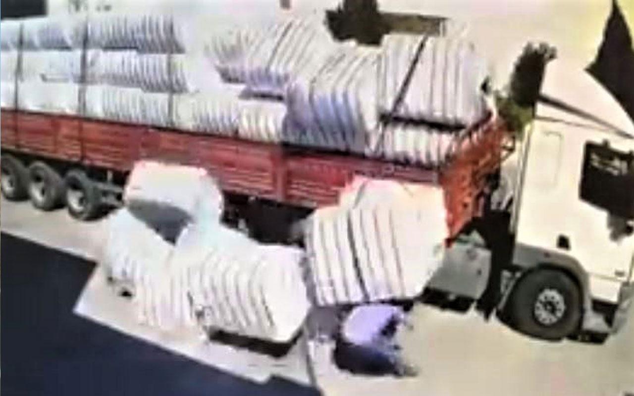 Park halindeki tırın dorsesinden düşen pamuk balyaları işçiyi yaraladı
