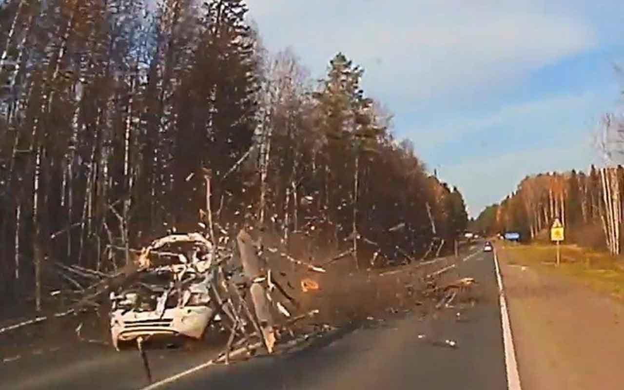 Rusya'da devrilen ağaç otomobili böyle parçaladı