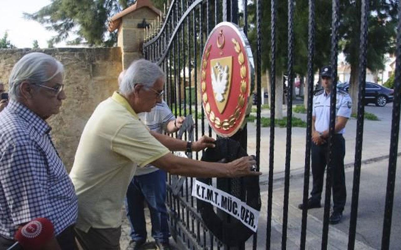 Kıbrıslı vatadandaşlar Mustafa Akıncı'ya tepki olarak siyah çelenk bıraktı