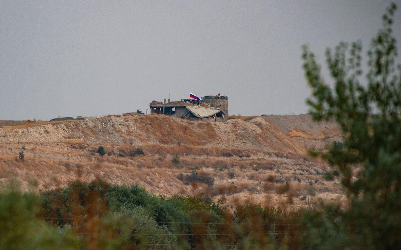 YPG kendini kamufle etmek için sınıra Rusya bayrağı astı