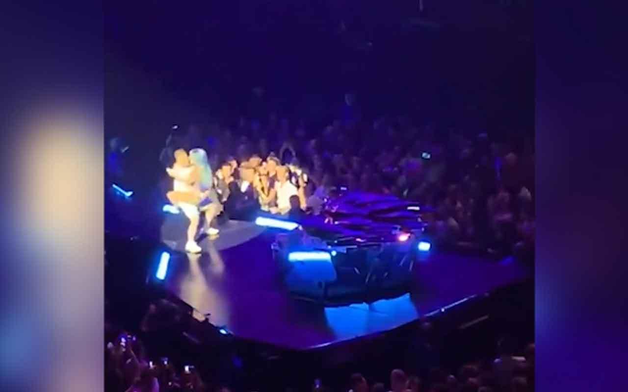 Hayranıyla sahnede dans eden Lady Gaga yere kapaklandı
