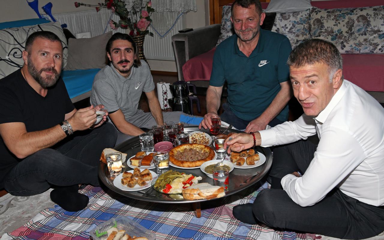 Ahmet Ağaoğlu Abdülkadir Ömür ile yer sofrasında yemek yedi