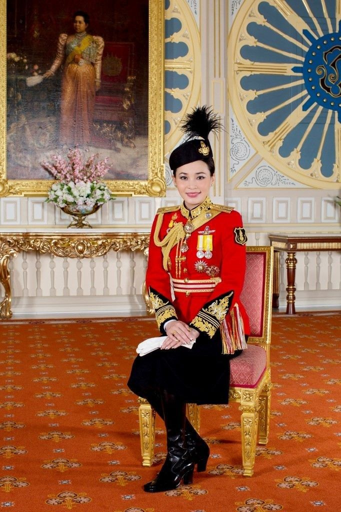 Tayland Kralı Maha korumasını önce resmi metresi ilan etti sonra ünvanlarını söktü