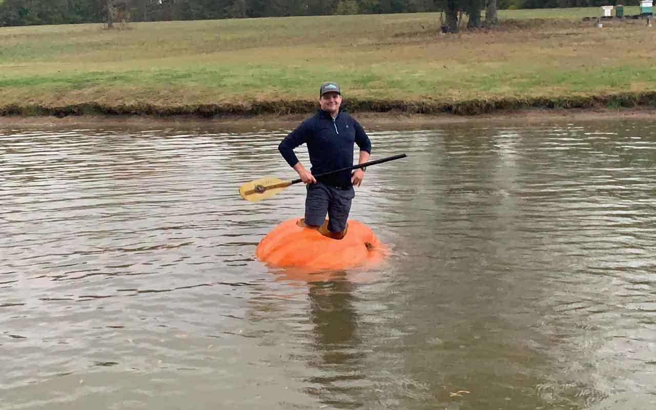 413 kiloluk balkabağı yetiştirdi bot olarak kullanıyor