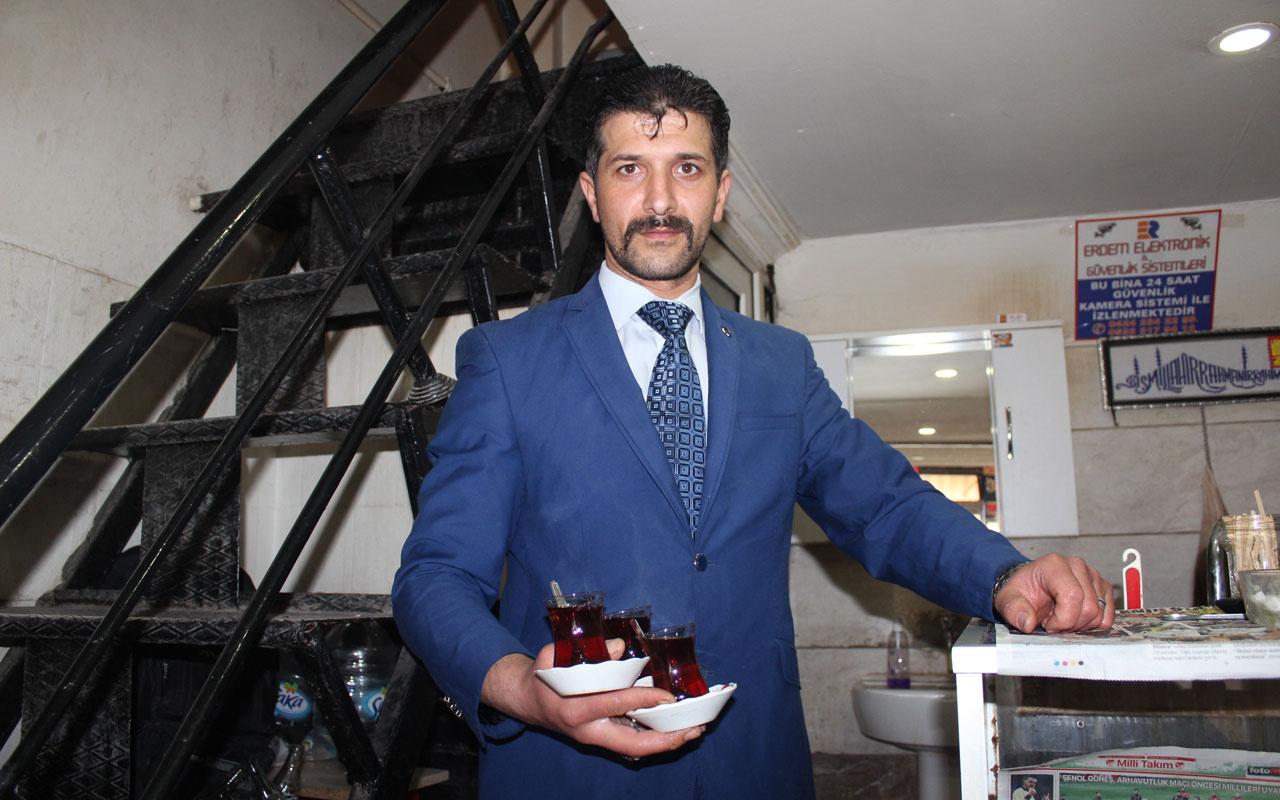 Elazığ'da yaşıyor 20 yıldır takım elbise ile çay servisi yapıyor