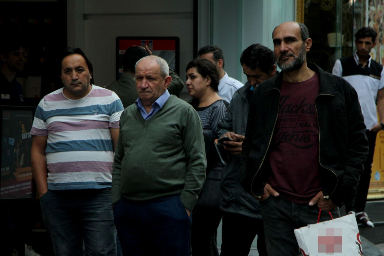 Beyoğlu İstiklal Caddesi'nde oturur vaziyette ceset şoku