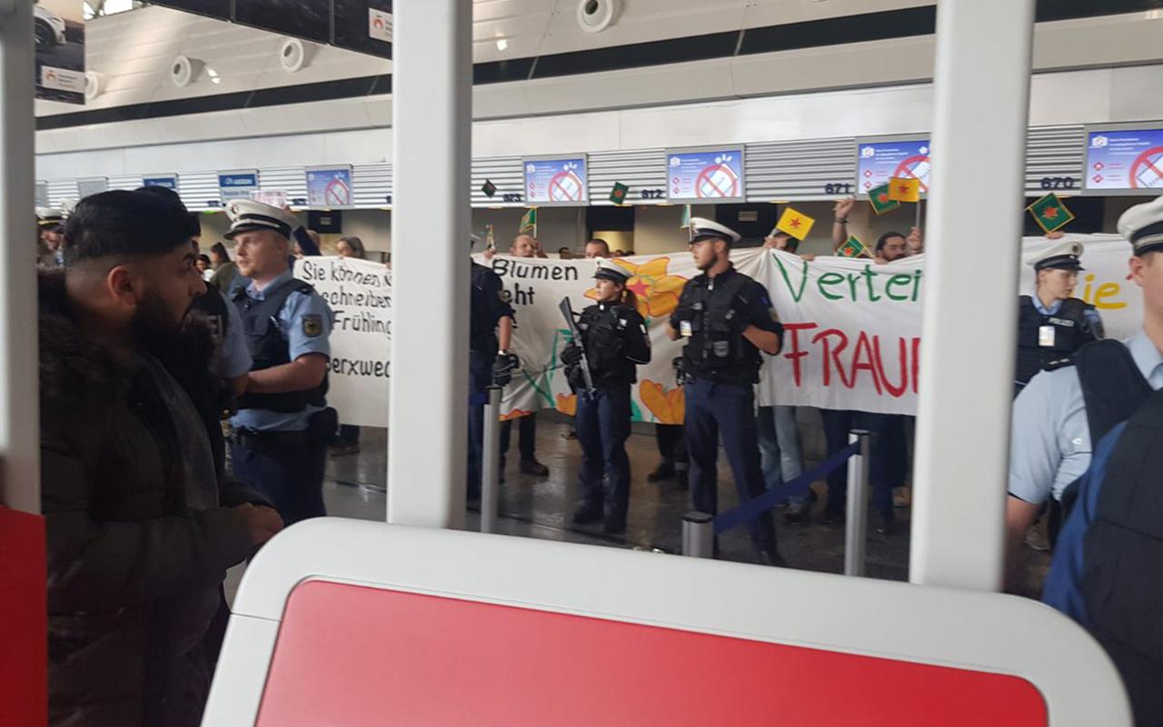 Almanya'da terör örgütü yandaşları THY gişesini işgal edip Türklere saldırdı