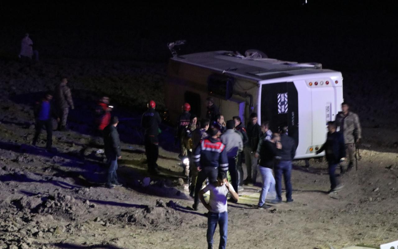 Van'da askerleri taşıyan midibüs devrildi 26 yaralı