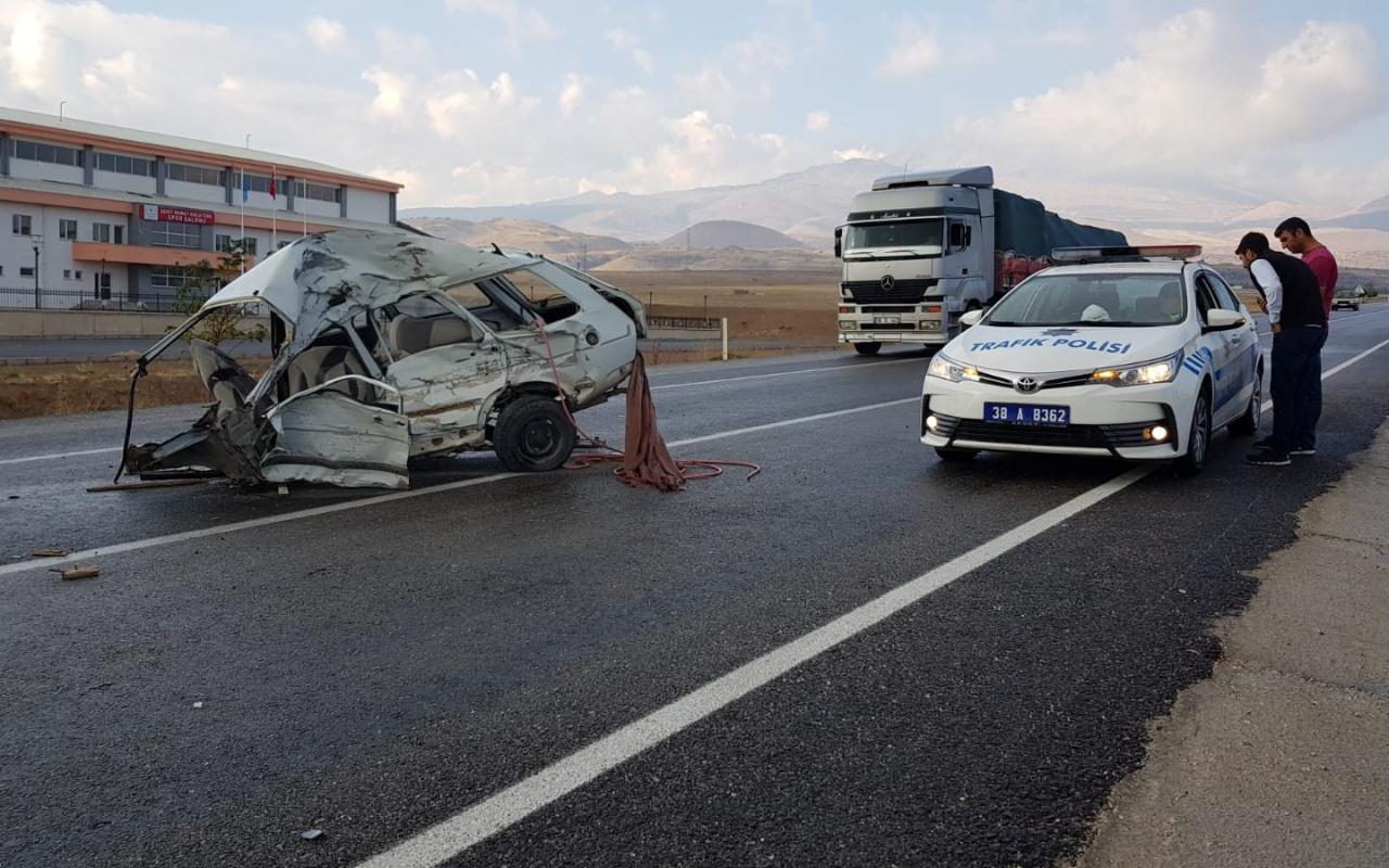 Kayseri'de TIR ile çarpışan otomobil ikiye bölündü