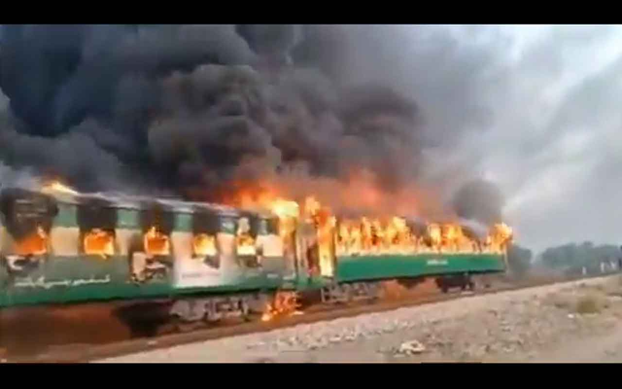 Pakistan'da trende yangın: 62 ölü