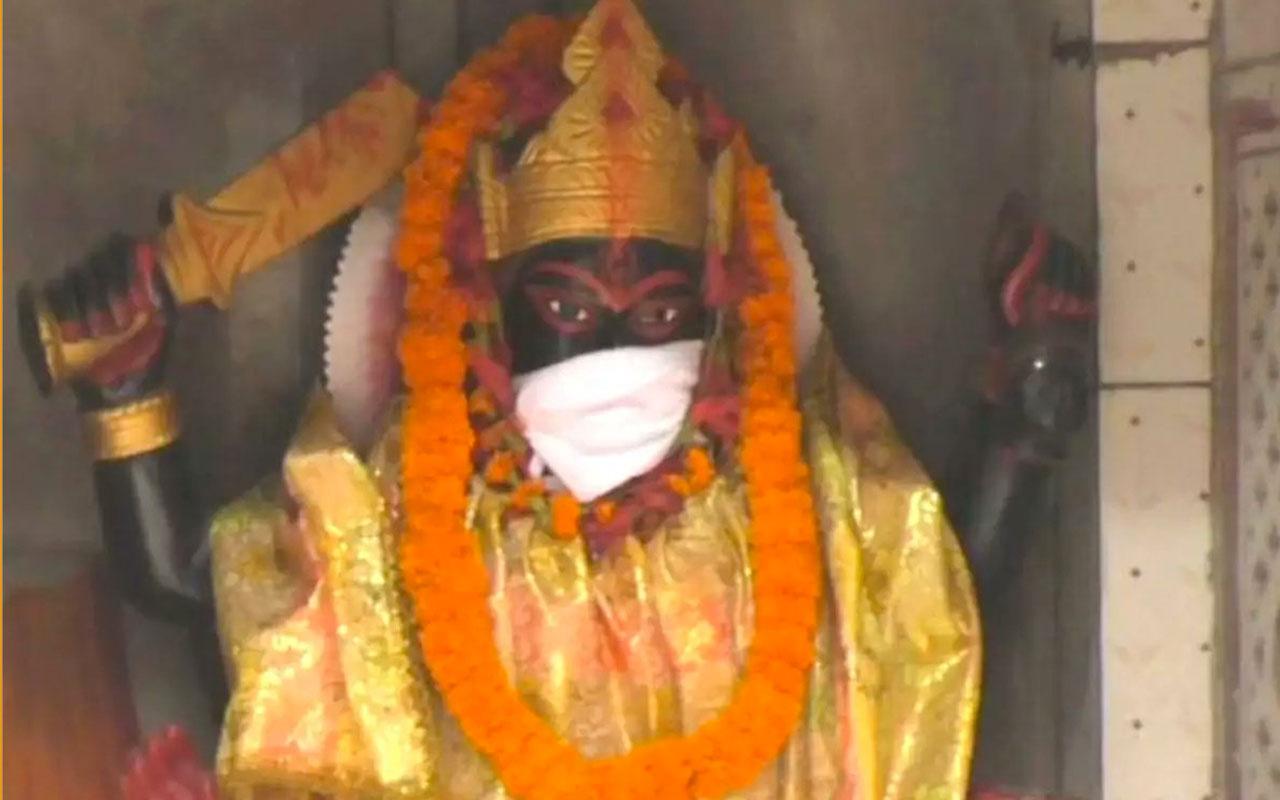 Hindistan'da tanrı heykellerine hava kirliliğine karşı maske takıldı