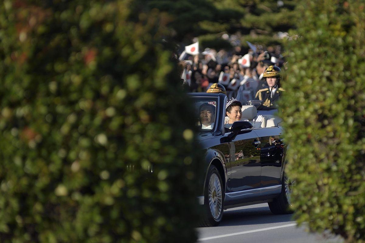 Japon İmparatoru Naruhito geçit töreninde halkı selamladığı törene 100 bin kişi katıldı