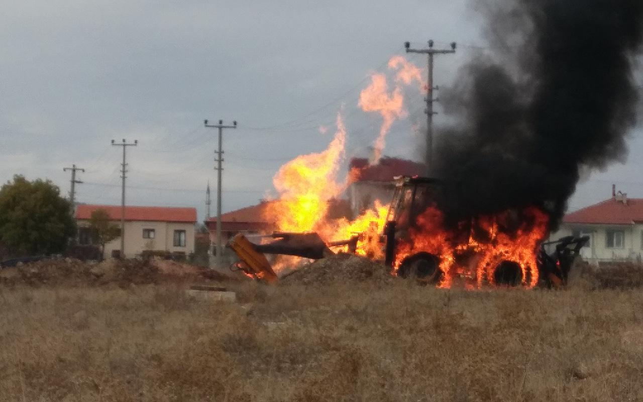 Kütahya'da doğal gaz borusu patladı İş makinesi alev alev yandı