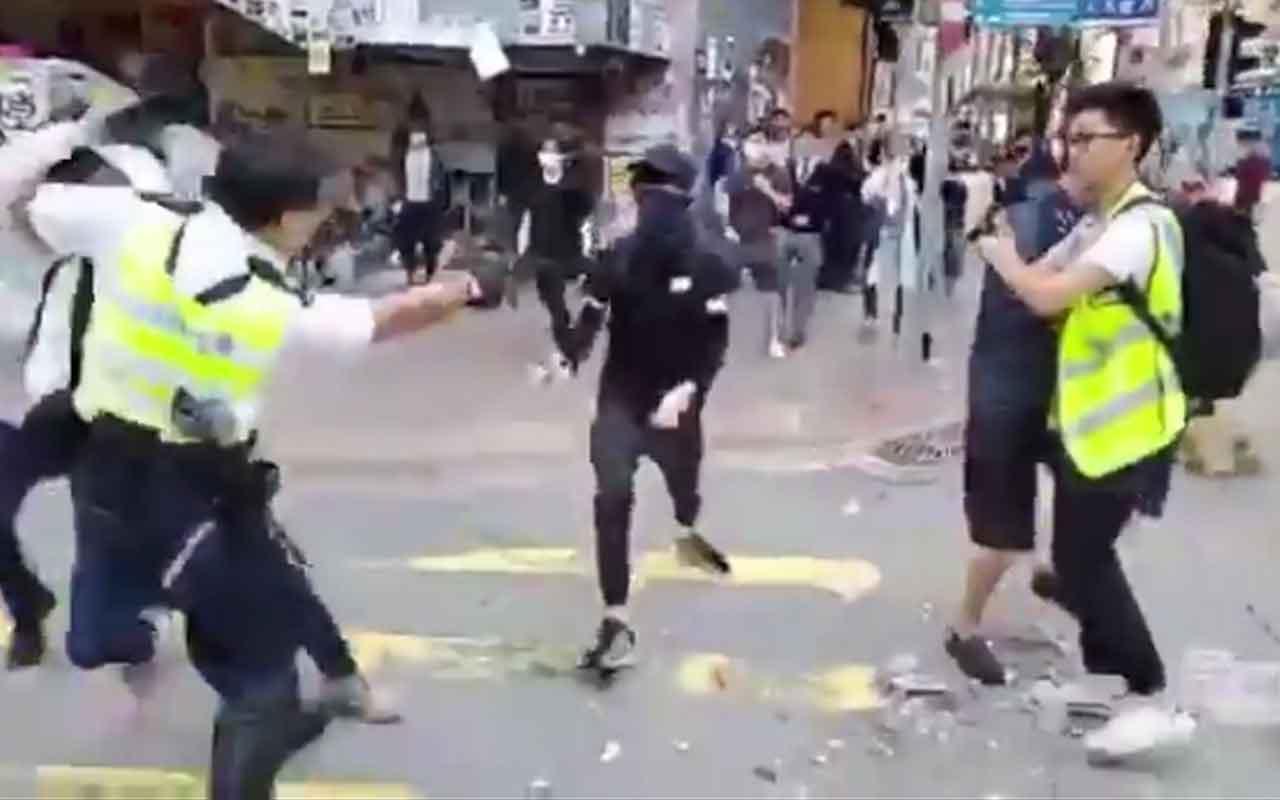 Hong Kong'da Polis canlı yayında göstericiyi göğsünden vurdu