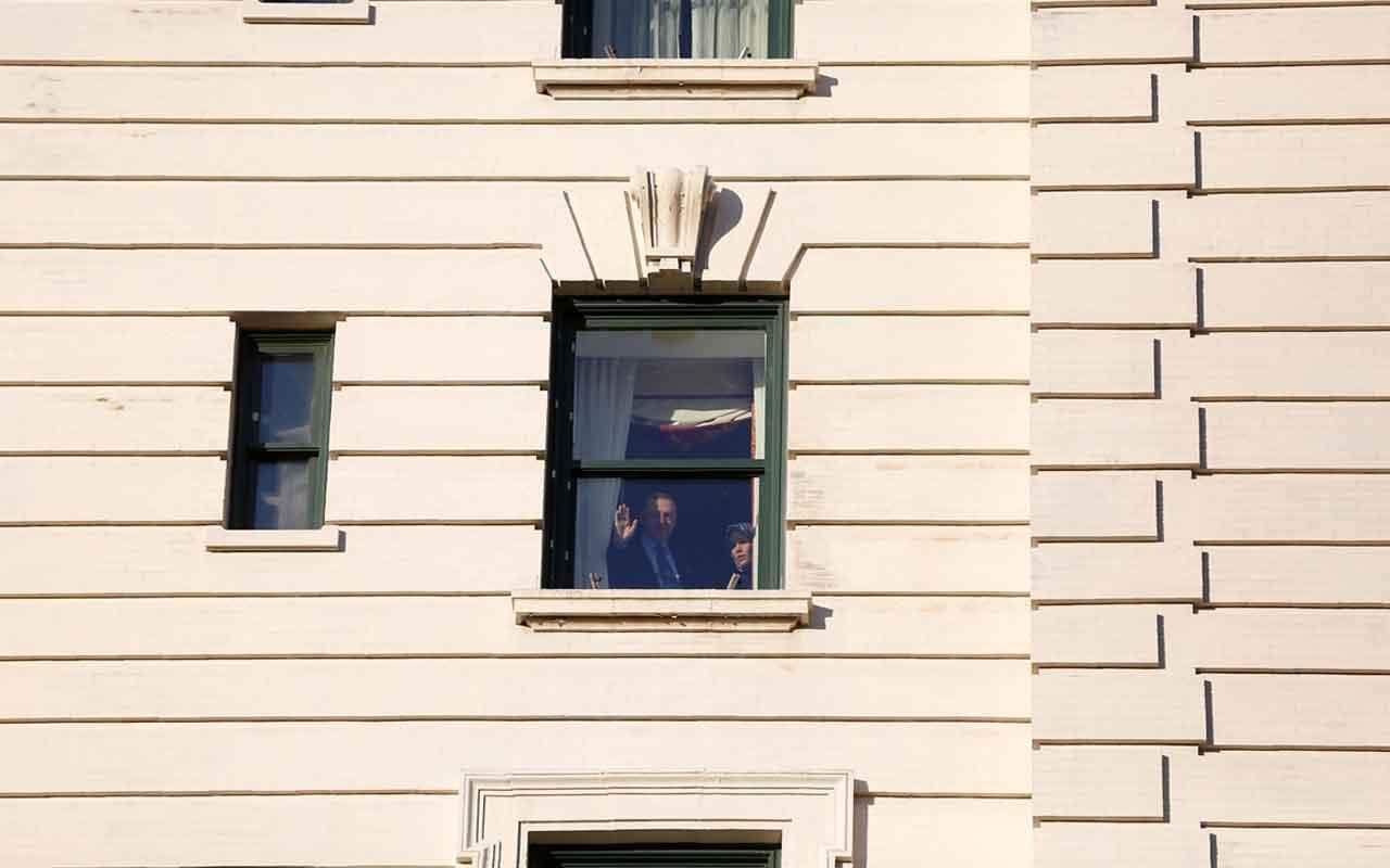 Cumhurbaşkanı Erdoğan,ABD'de kalacağı otelin önüne gelen vatandaşları selamladı