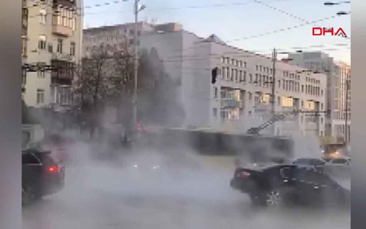 Ukrayna'da çöken yol araçları yuttu