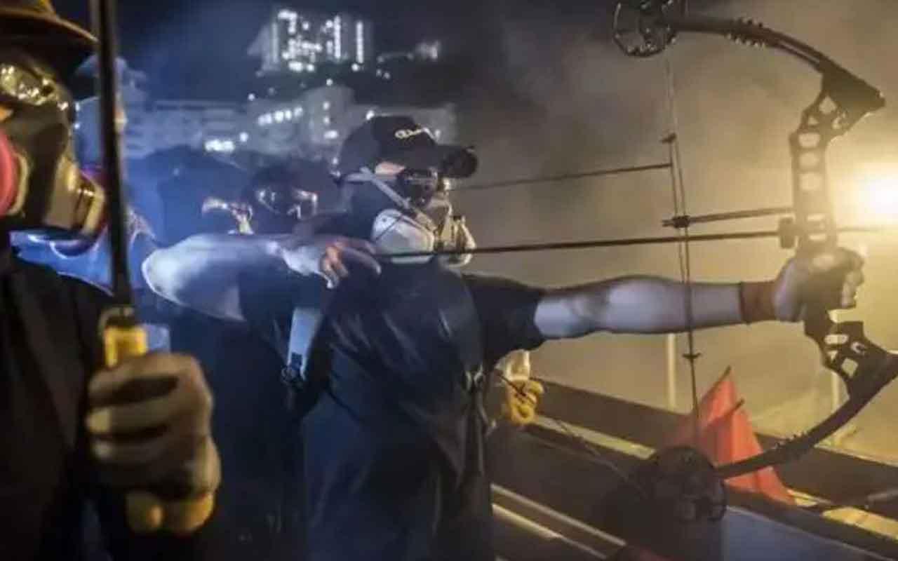 Hong Kong'da protestolarda bir sağlık görevlisi ok ile vuruldu