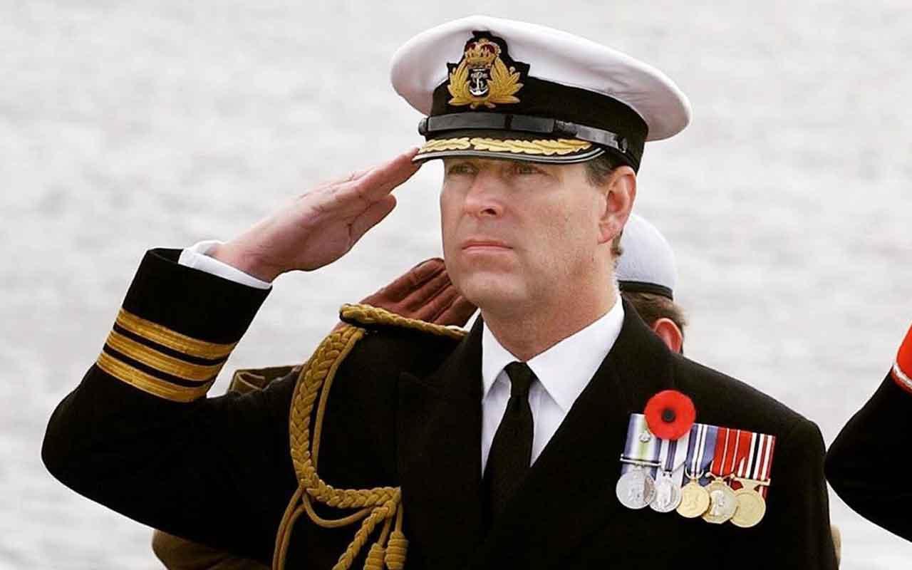 Kraliçe Elizabeth'in oğlu Prens Andrew kraliyet görevlerini bıraktı