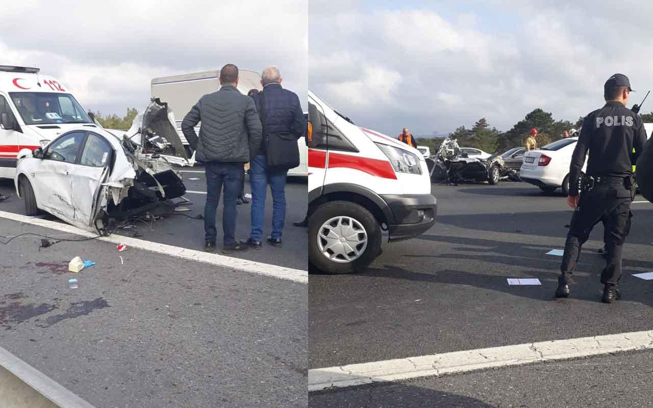 TEM Otoyolu'ndaki feci kazada otomobil ikiye bölündü
