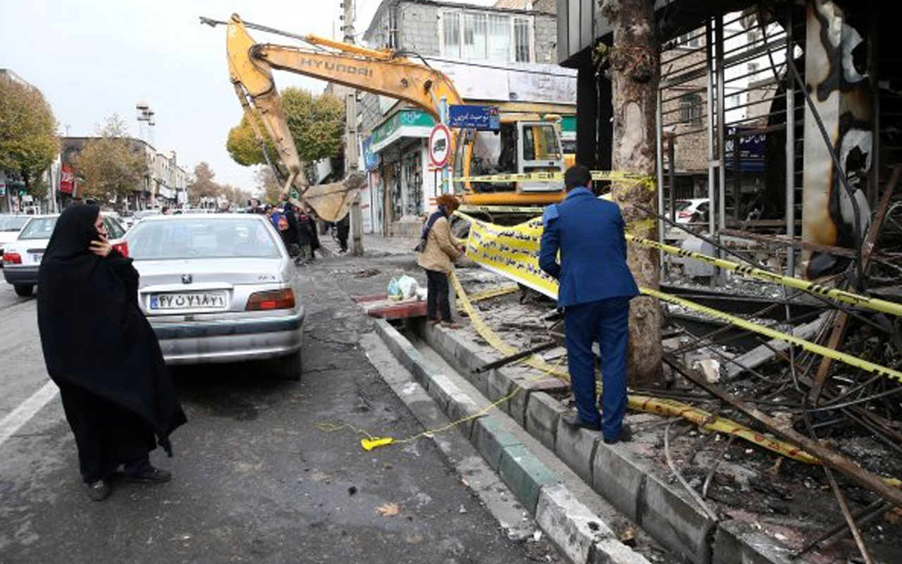 İran'da protestoların bilançosu ağırlaşıyor! 900'den fazla banka yakıldı