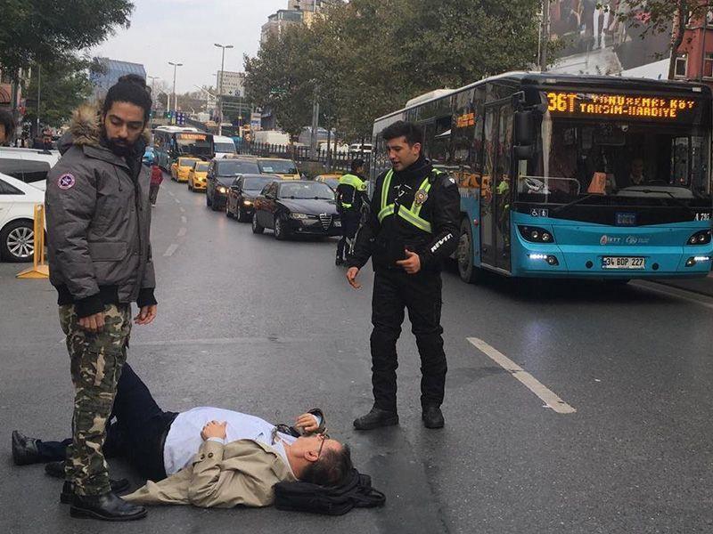 İstanbul Beyoğlu'nda motosikletin çarptığı yaşlı adam yaralandı