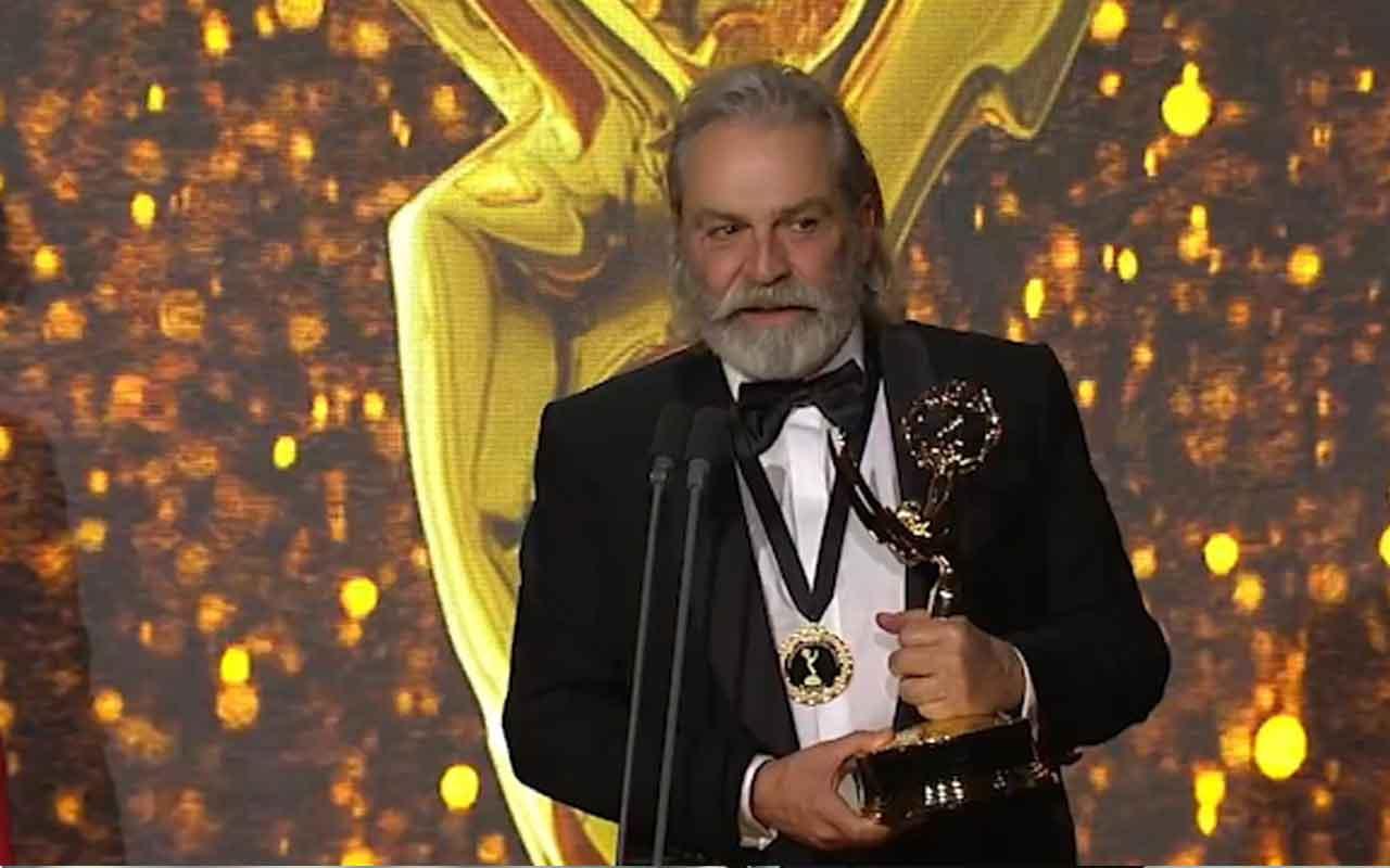 En iyi erkek oyuncu seçilen Haluk Bilginer'in Emmy ödülünü aldığı anlar
