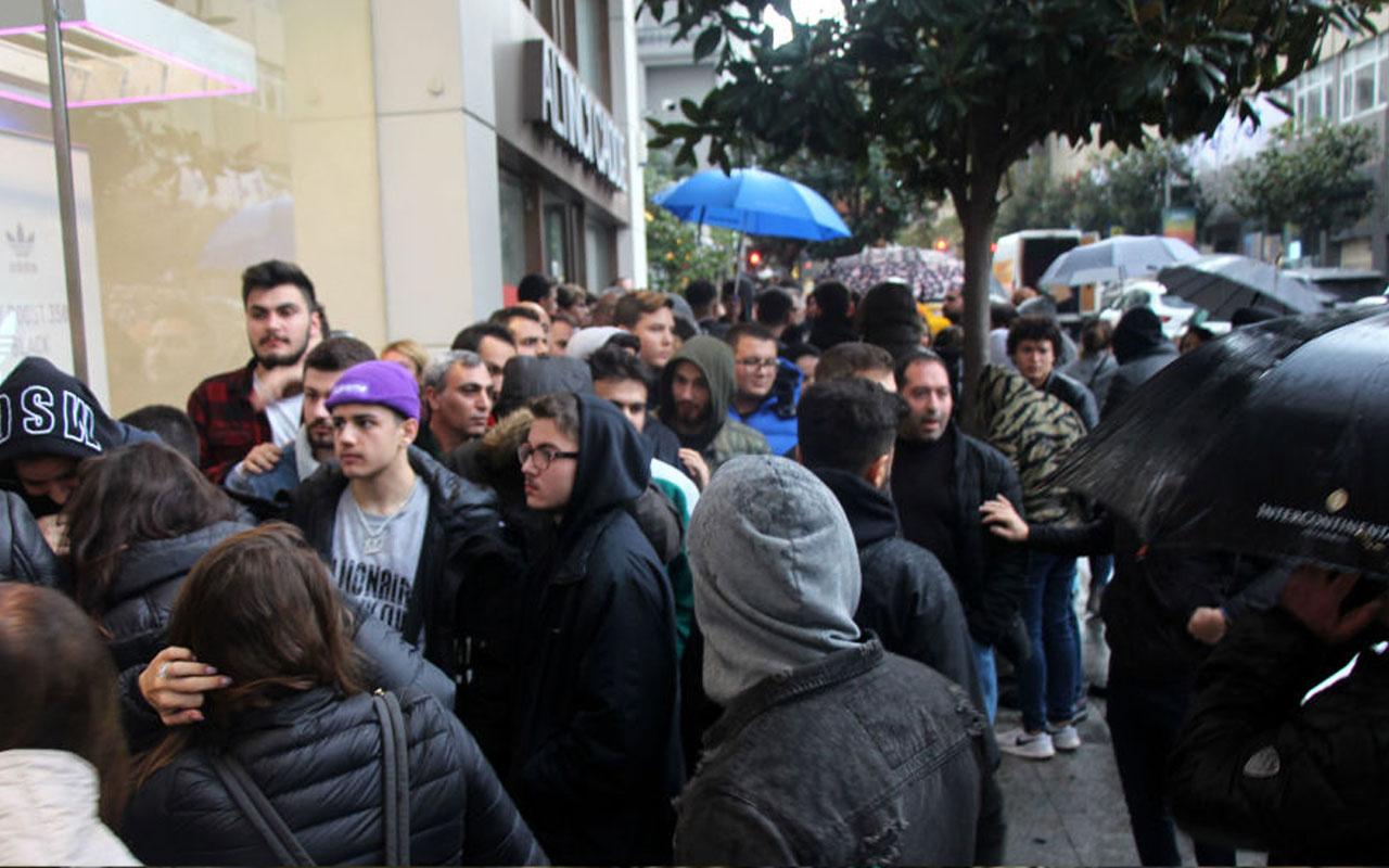 'Efsane Cuma' kuyruğu: 1500 TL'ye inen ayakkabı için geceden sıraya girdiler
