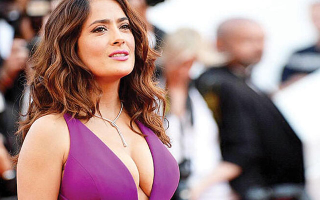 53 yaşındaki yıldız oyuncu Salma Hayek kalça pozuyla takipçilerini mest etti!