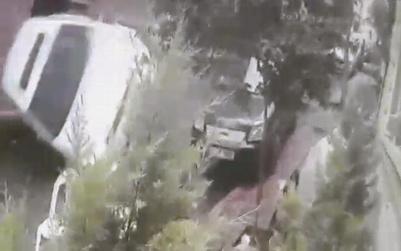 İstanbul Beyoğlu'nda otomobil yokuş aşağı giderken takla attı