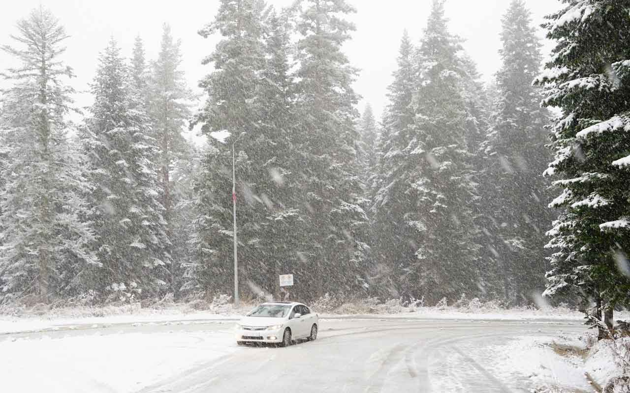 Kar aniden bastırdı sürücüler zor anlar yaşadı