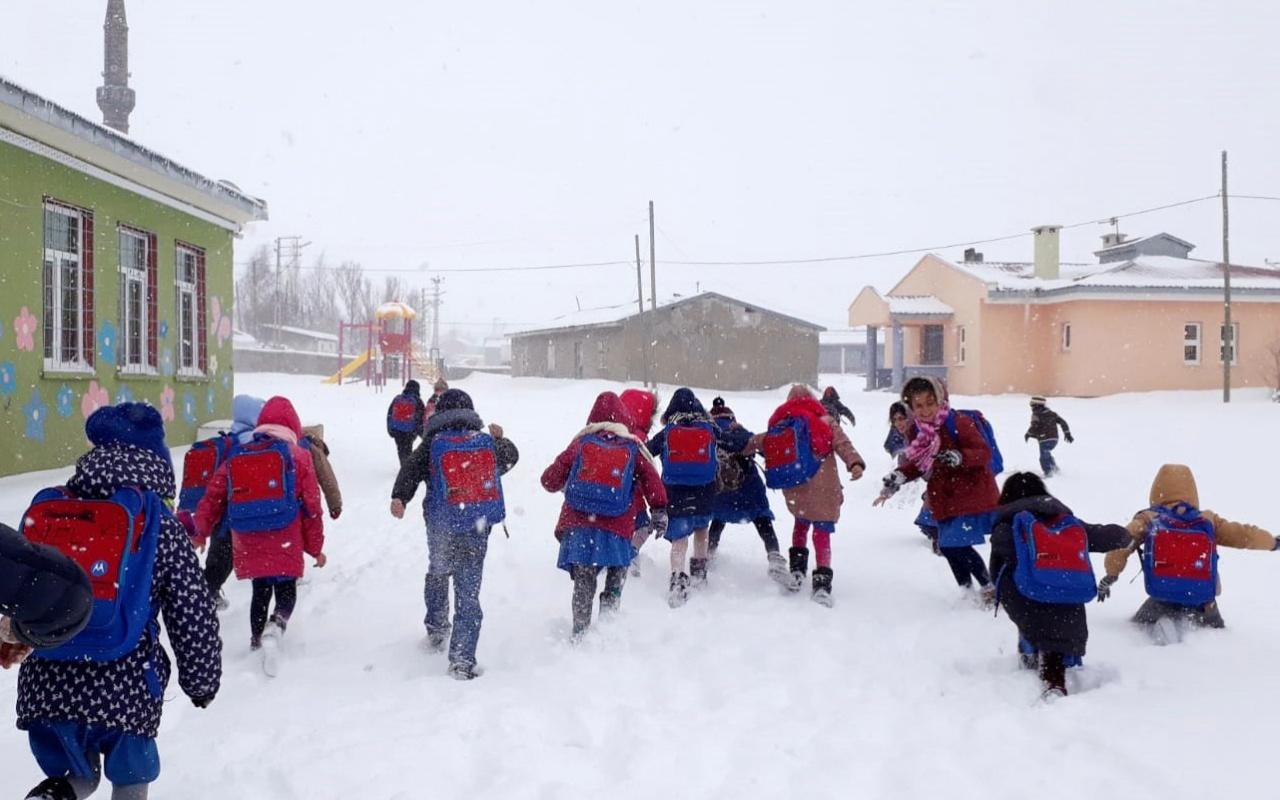 Refahiye'de yoğun kar yağışı nedeniyle taşımalı eğitime ara