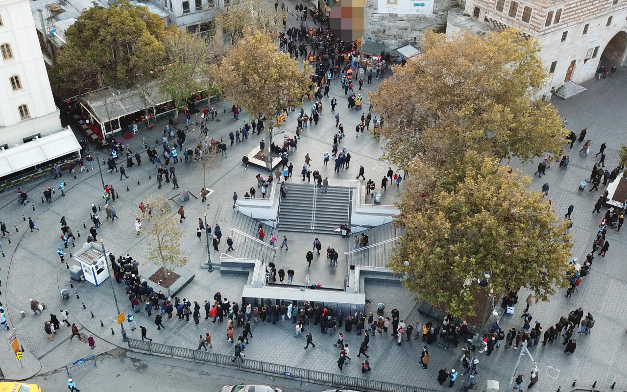 """Eminönü'ndeki """"milli piyango kuyruğu"""" havadan fotoğraflandı"""