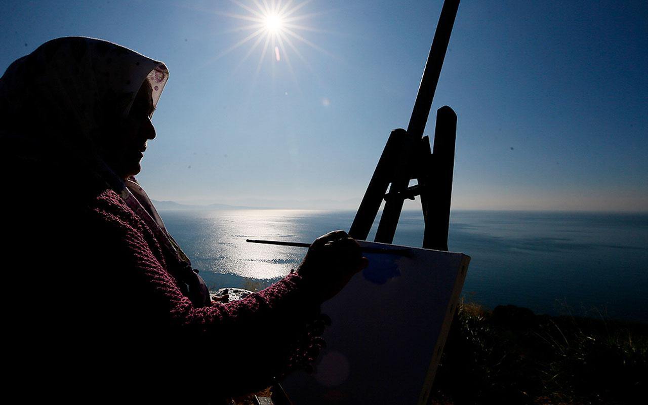 İzmir'de 'şalvarlı ressam' mutluluğun resmini çizdi