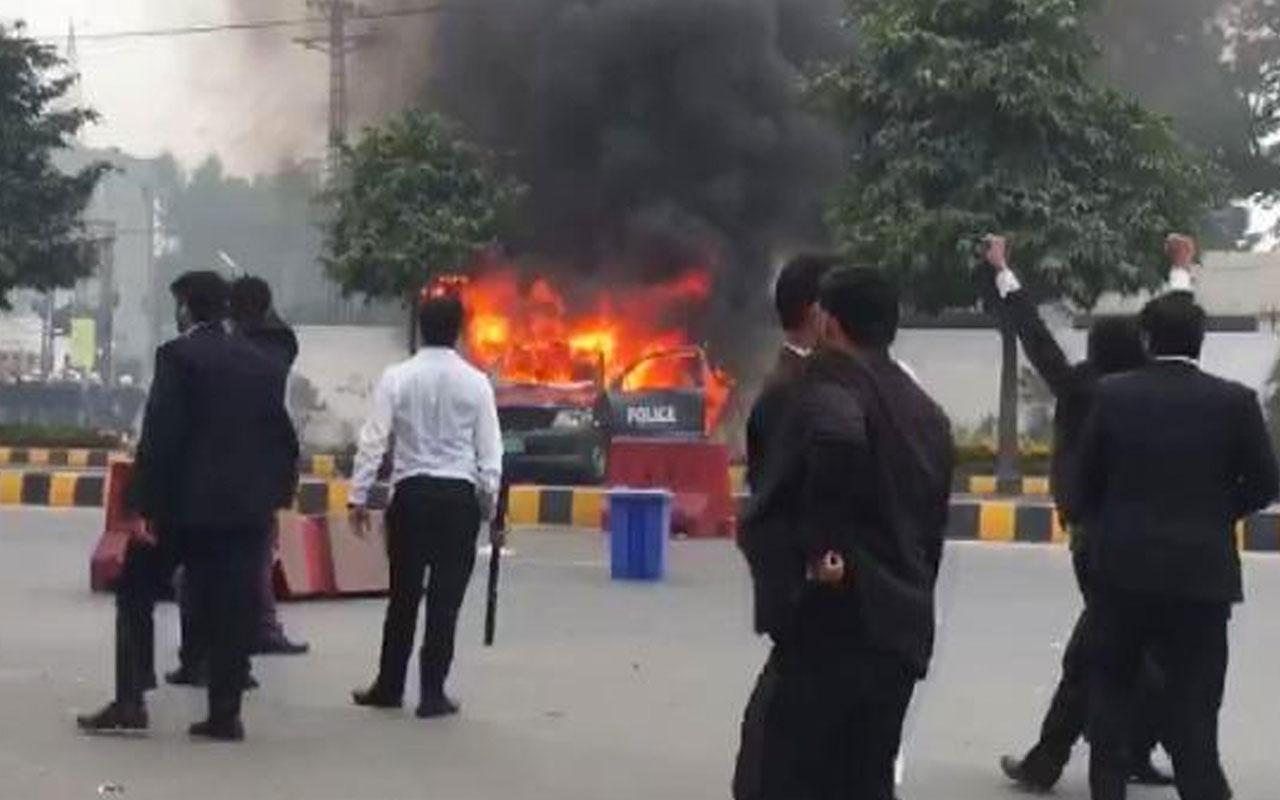 Pakistan'da avukatlar toplanıp hastane bastı: 3 ölü