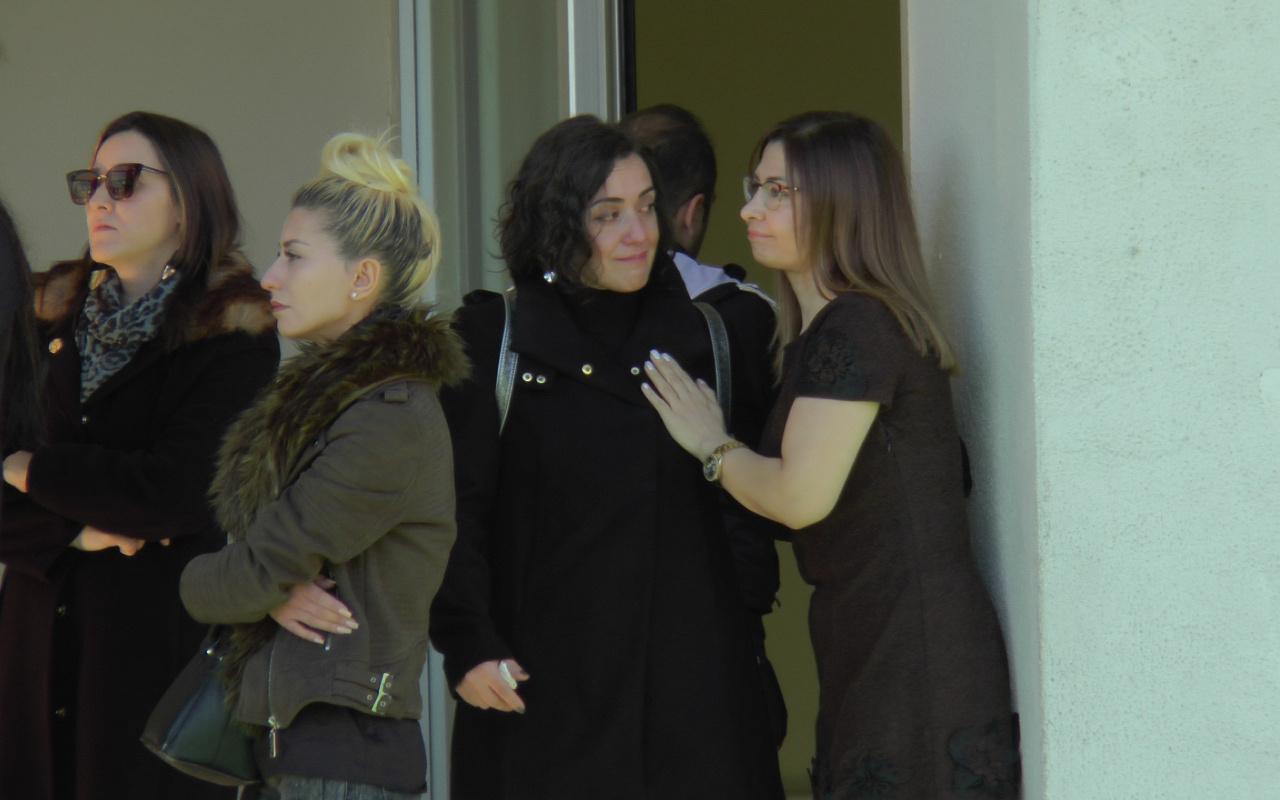 Aylardır maaş alamayan Doğa Koleji öğretmenleri birbirlerine sarılıp ağladı