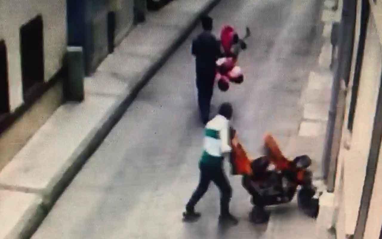 Bursa'da ikizlerin bebek arabasını çalan hırsızlar böyle görüntülendi