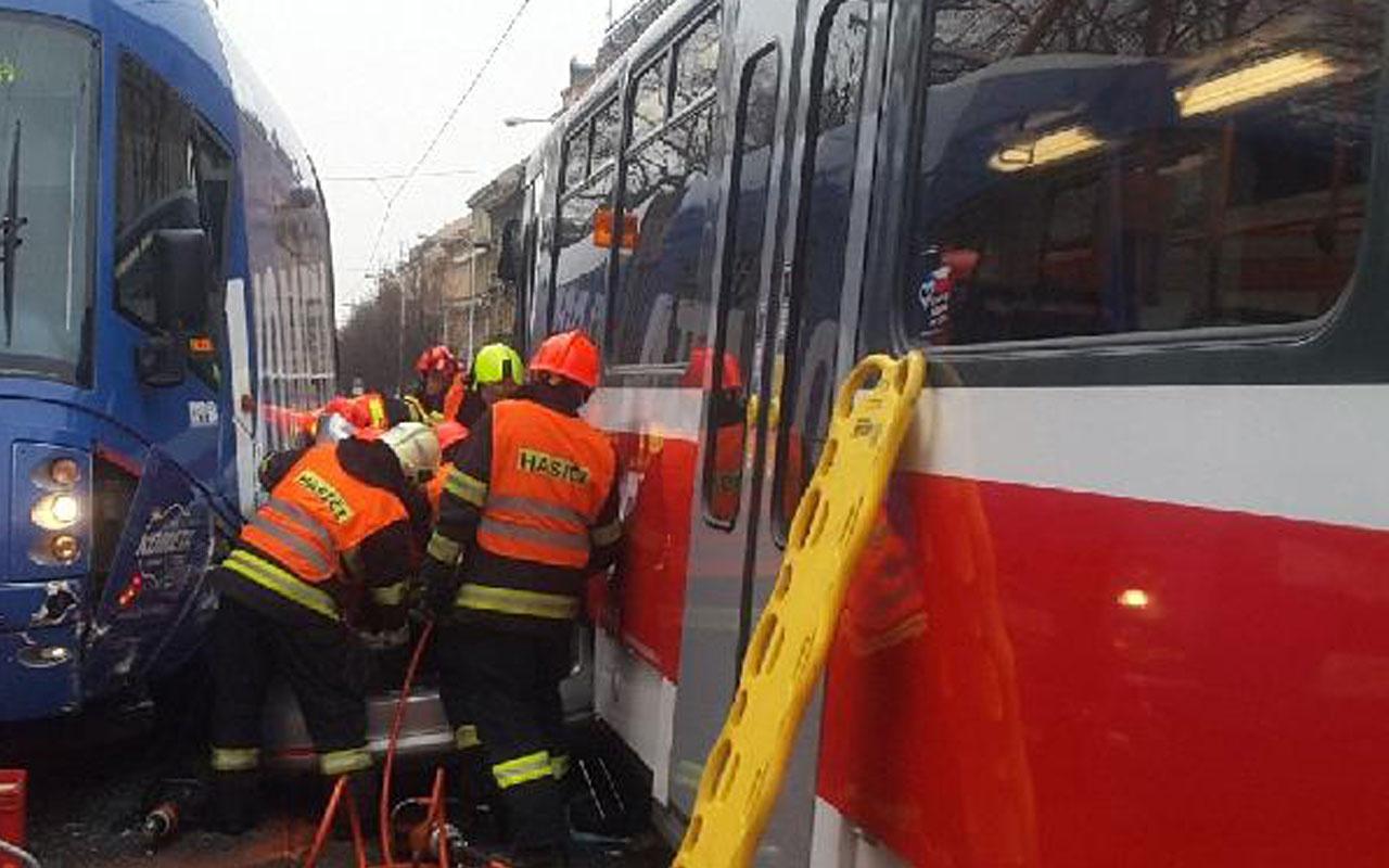 Tramvayların arasında sıkışan bu otomobilden sağ kurtuldu