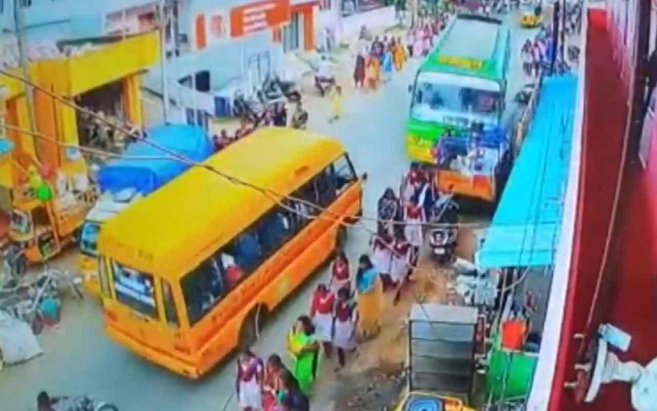 Hindistan'da kontrolden çıkan otobüs öğrencileri biçti