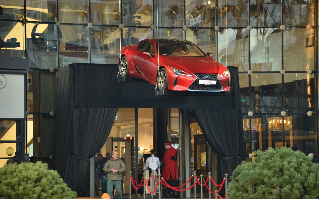 Lexus LC 500, havada asılı olarak sergileniyor
