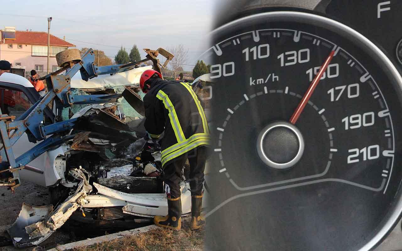 Manisa'da kazaya karışan otomobilin ibresi 150'de takılı kaldı