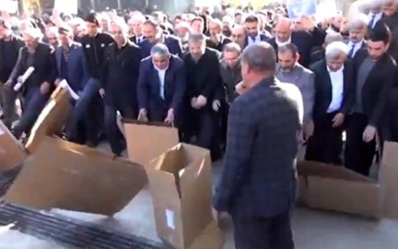 Şanlıurfa ve Sivas'ta çok ilginç Çin protestosu! Kartondan Çin Seddi'ni yıktılar