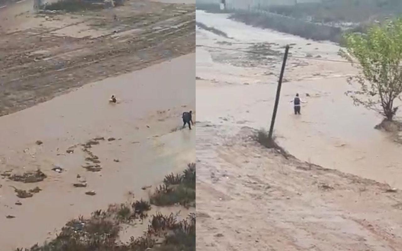 Adana'da sel sularına kapılan çocuğu vatandaşlar kurtardı