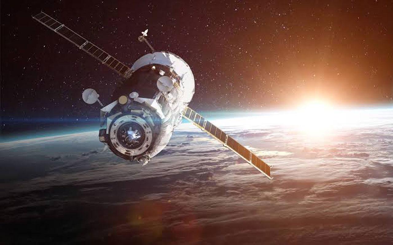 Rusya'nın uydusuna göktaşı çarptı