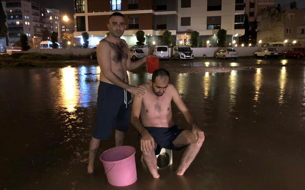 İzmir'de sular kesildi! Vatandaş sokakta yağmur suyunda yıkandı