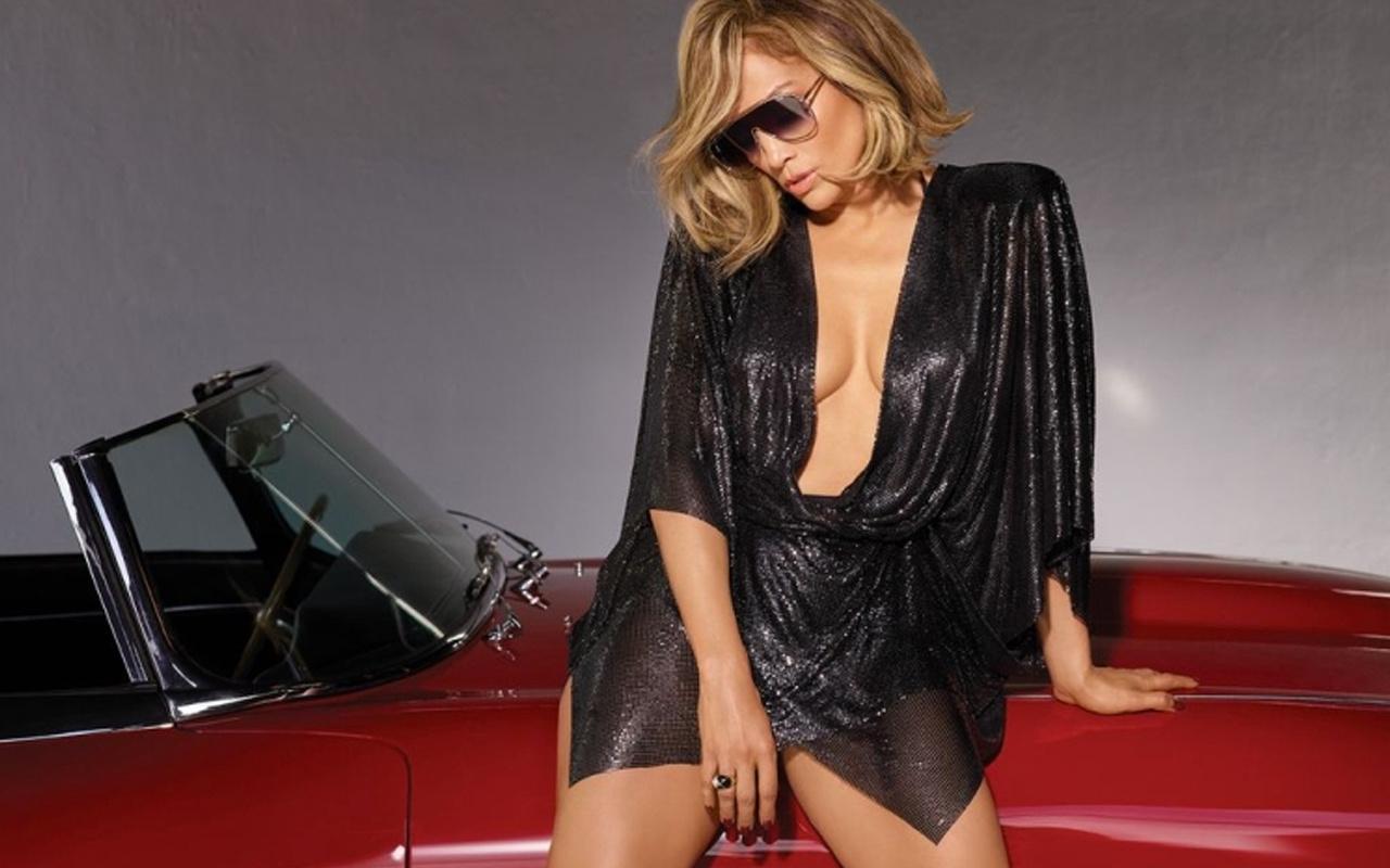 Jennifer Lopez fiziğiyle görenleri mest etti genç kızlara taş çıkarıyor!