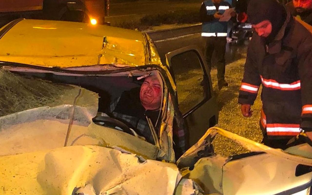 Ankara'da 2 araca çarpan otomobilin sürücüsü kabin içinde sıkıştı