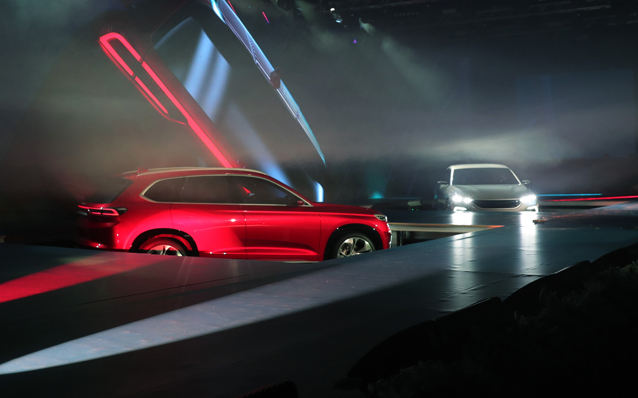 Yerli otomobilin görüntüleri! Biri kırmızı SUV diğeri beyaz binek