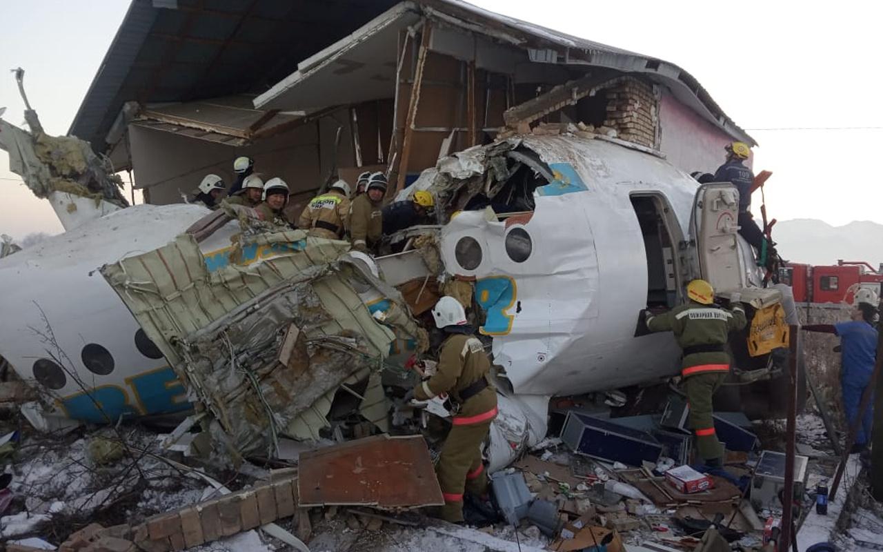 Kazakistan'da yolcu uçağı düştü: 15 kişi öldü