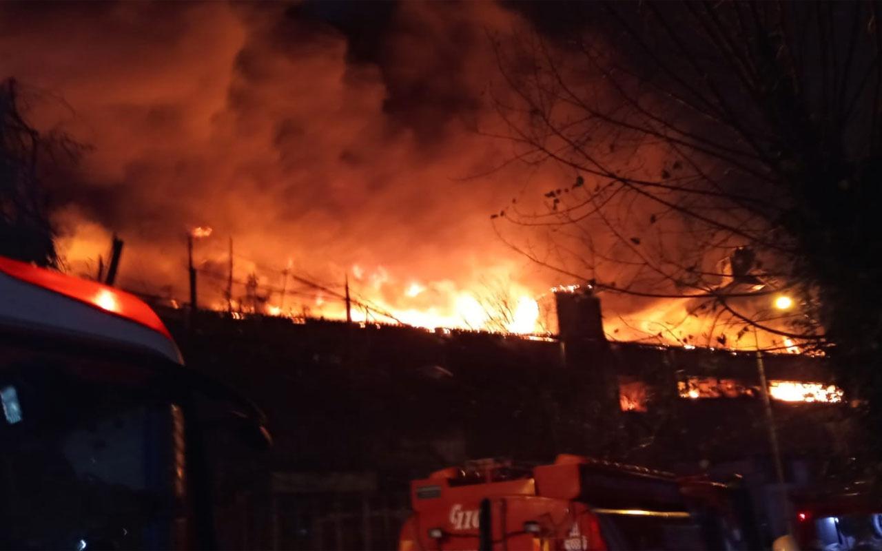 Zeytinburnu'nda fabrika alev alev yandı